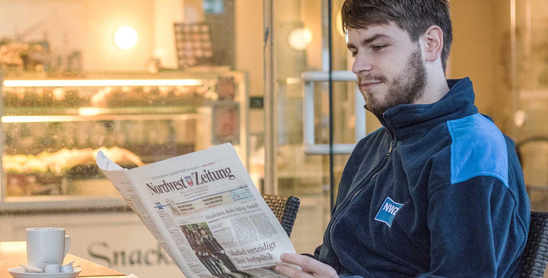 Zusteller liest eine Zeitung